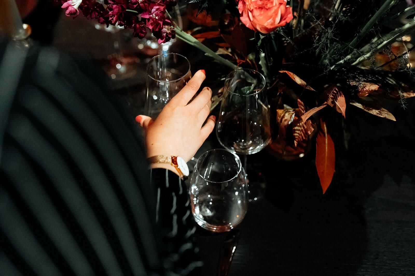 Hochzeitsplanerin Stuttgart stellt Gläser in die richtige Position
